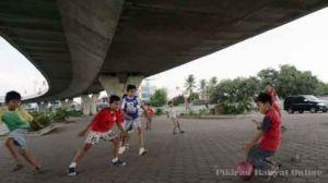 1210_sepak_bola_di_jalan_layang_pasupati